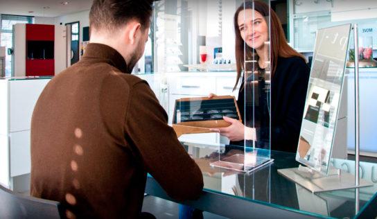 Una solución eficaz, las mamparas de cristal antibacteriano para tiendas y servicios públicos
